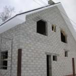 дом из газобетона с нестандартными оконными проемами