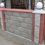 комбинация различных материалов при строительстве забора из шлакоблока