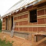 Дом, построенный из глины и соломы №1