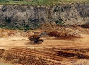 процесс добычи глины в карьере