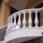 Балясины, выполненые из белого цемента