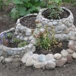 Клумба из камней и цемента №4
