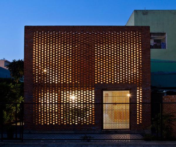Дананг - современный дом с перфорированным фасадом