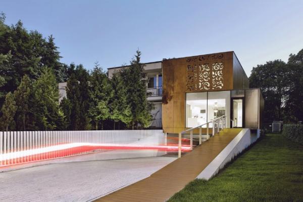 Дом с перфорированным деревянными панелями