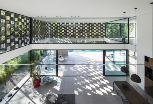 Дом с перфорированным фасадом в Израиле