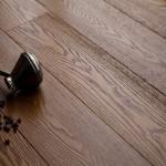 как выглядит брашированная древесина ясеня