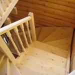 как выглядит поворотная лестница из сосны