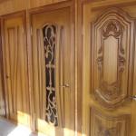 как выглядят двери из массива лиственницы