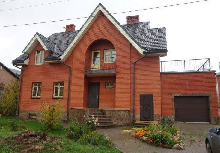 двухэтажный дом из красного керамического кирпича