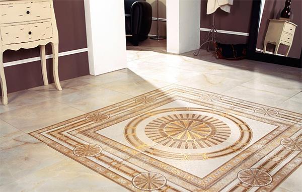 Пол из керамической плитки с рисунком в прихожей