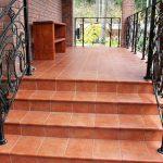 Керамическая плитка – превосходный материал для облицовок крыльца и уличных ступеней