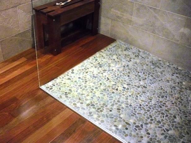 пол из каменной мозаики в душе